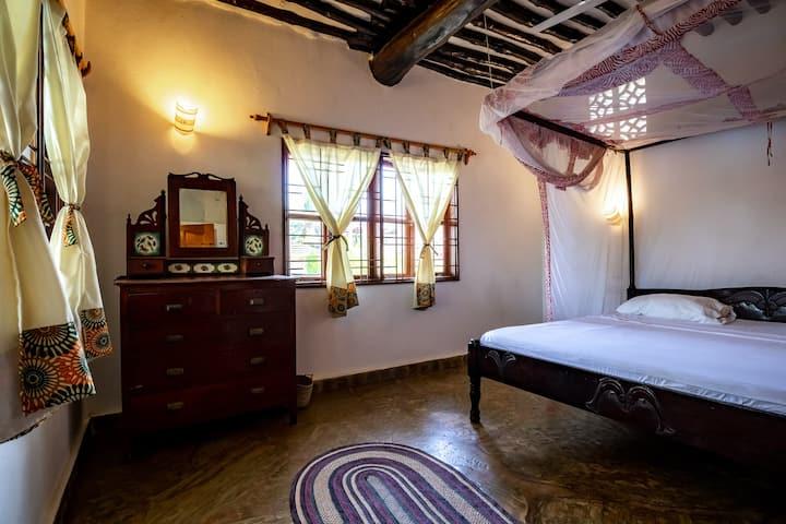 Ensuite Kingsize room in luxury villa.