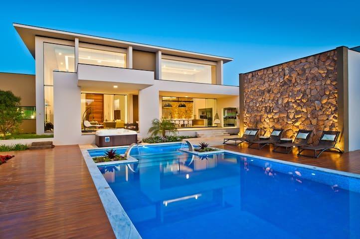 Casa no lago, com vista deslumbrante e cinema!
