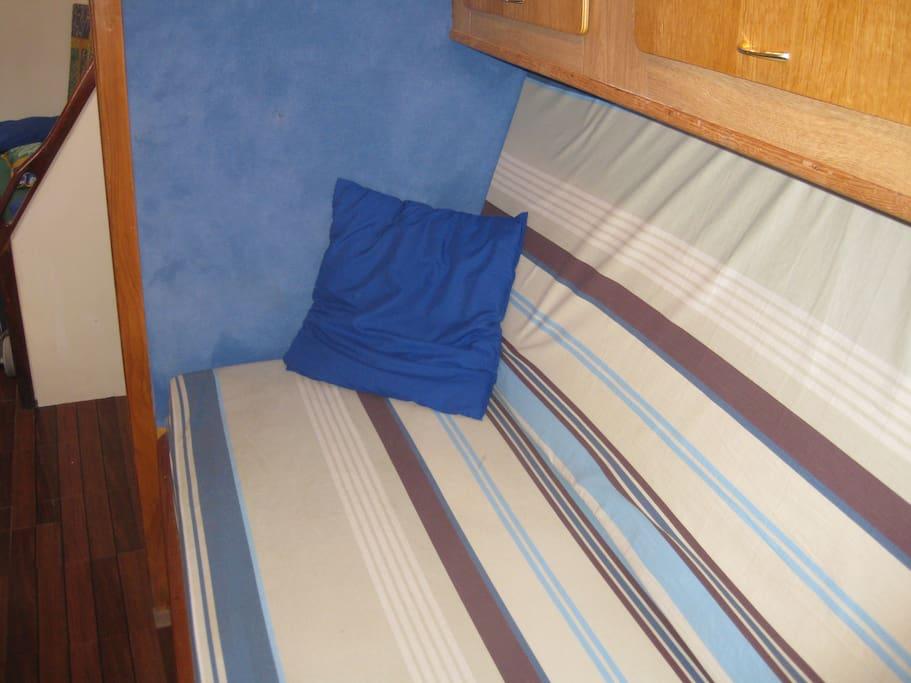 insolite nuit bord d 39 un voilier de 12 m bateaux louer marseille provence alpes c te d. Black Bedroom Furniture Sets. Home Design Ideas