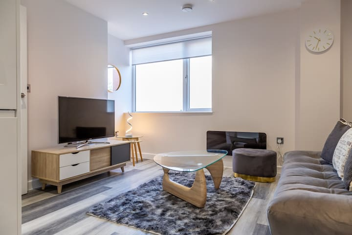 Prime Luxurious Apartment   NHS   NEC   Parking!!