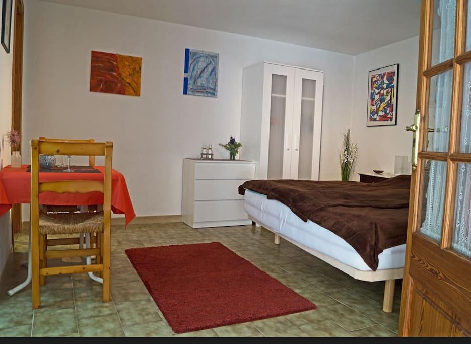 Neu eingerichtetes Zimmer mit Kleiderschrank, Komode und kleinen Frühstücks- oder Arbeitstisch(FreeWiFi)