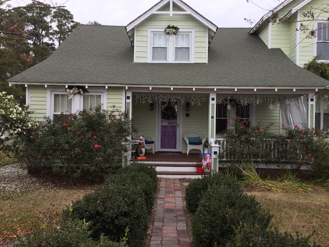OBX historic cottage suite in old town Manteo