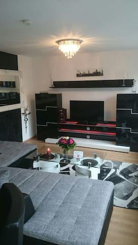 Sehr große Couch mit TV Wand und Flat TV