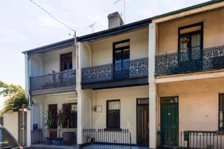 Cosy place in the heart of Newtown with courtyard