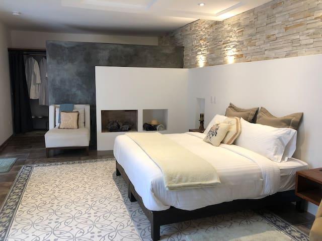 Mast Suite w/Fireplace