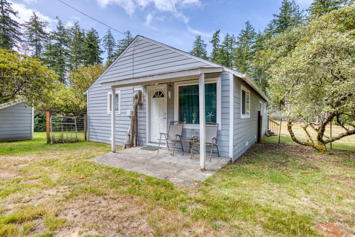 Dog-friendly beach cabin w/ a full kitchen, open layout, & furnished patio!