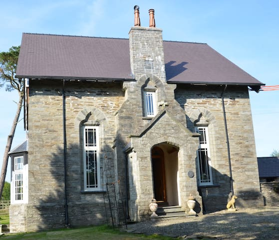 Grade II Listed Old Vicarage Farmhouse - Cenarth - บ้าน