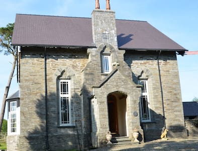 Grade II Listed Old Vicarage Farmhouse - Cenarth - Rumah