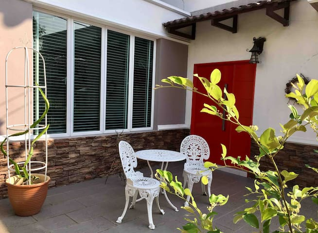Cosy room, free airport transfer, garden