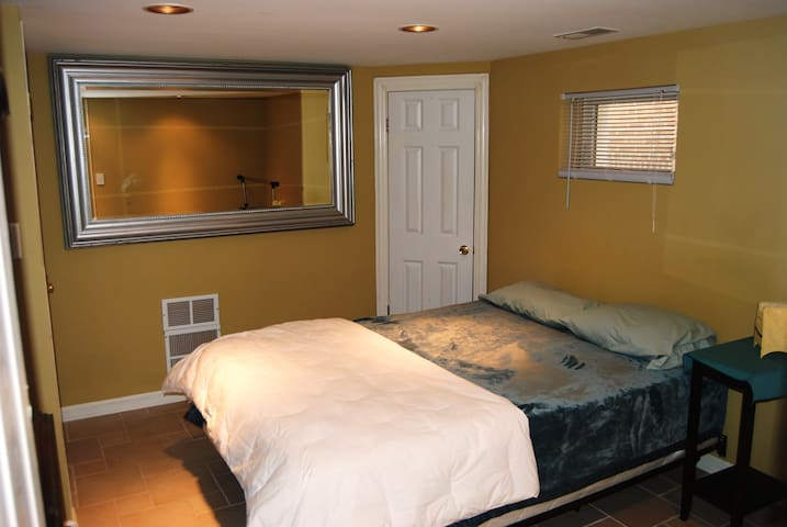 Welcoming All: Tudor Home  Private 2-Room Suite LL - Chicago - Ev