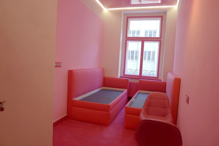PINK ROOM/CENTRE/AIR-CON/BREAKFAST - START PRICE
