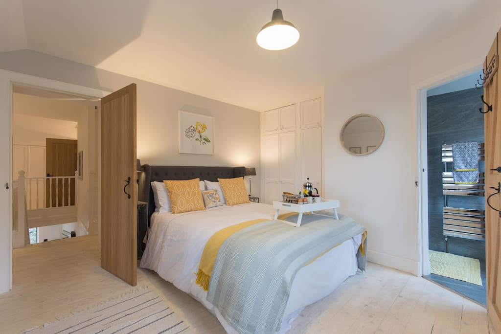 En-suite master  bedroom lies to the back of the property and benefits from dual - aspect windows overlooking the garden and harbour.  Spacious king size bed with a tempura mattress.  Waterfall en-suite shower with heated rails to keep towels warm.