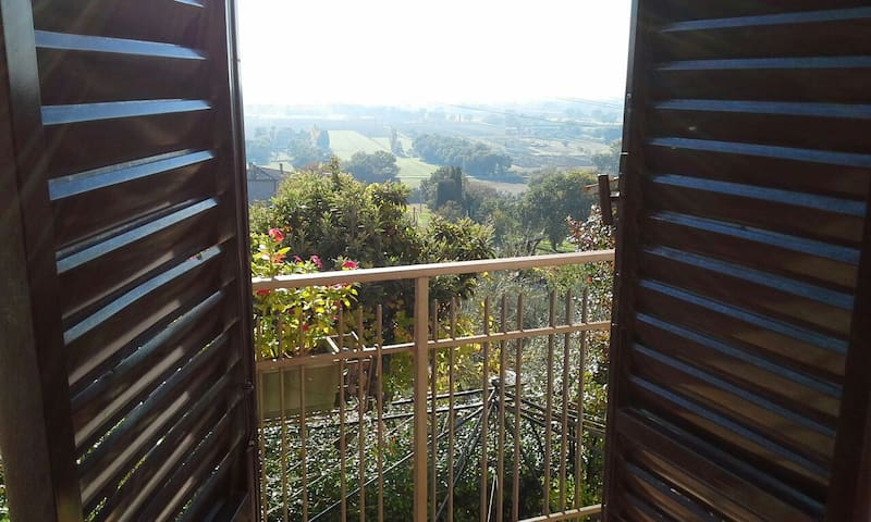 Camera con balcone e bagno privato.Assisi campagna