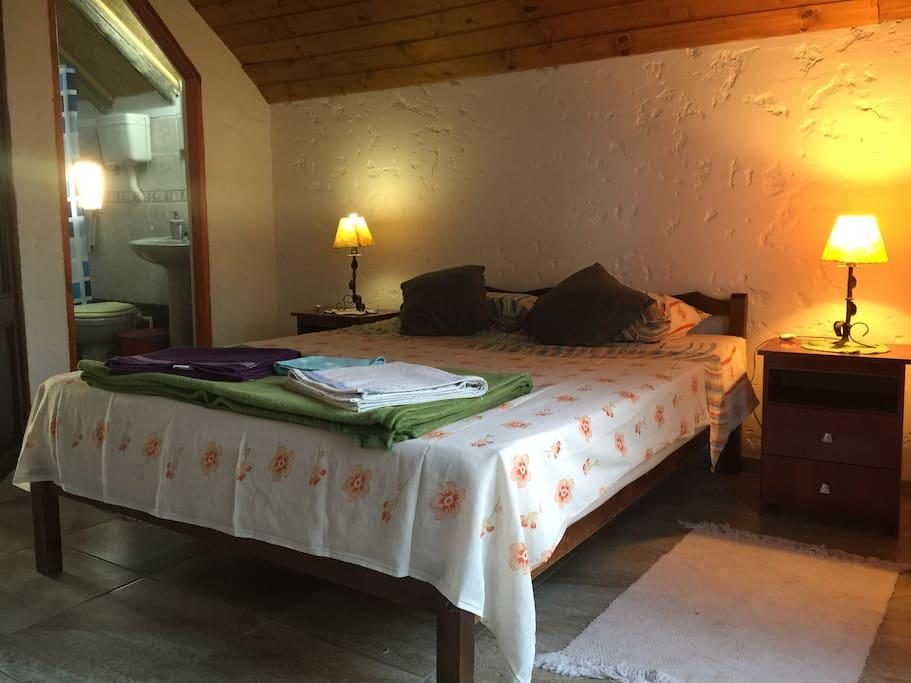 Habitación con baño privado en  la planta alta de la posada, cuenta con balcón especial para la lectura.