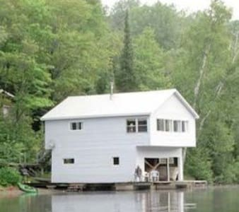 The Boathouse - 2 bedroom Cozy Waterfront cottage
