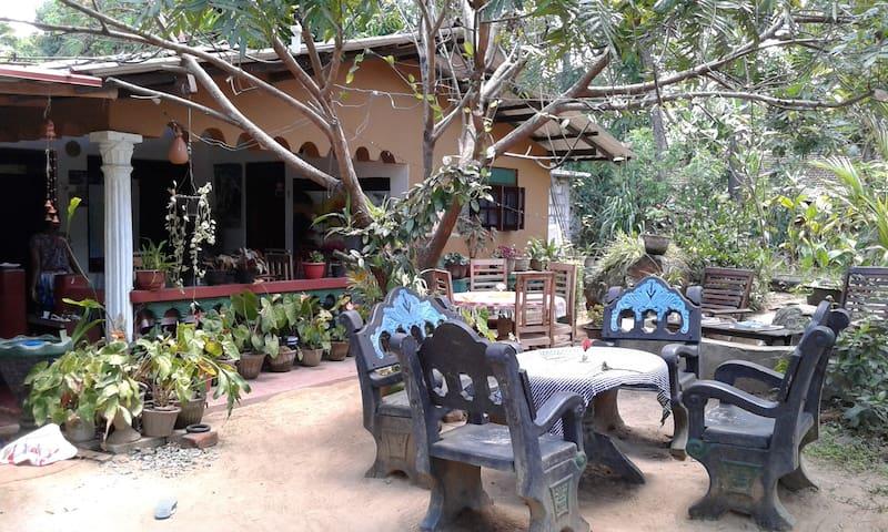 Anura B&B Family NonAC Room Close to Sigiriya Rock - Sigiriya - Rumah