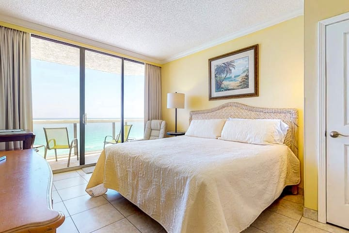 Beautiful resort studio w/ beach views, shared pool, hot tubs, & fitness center