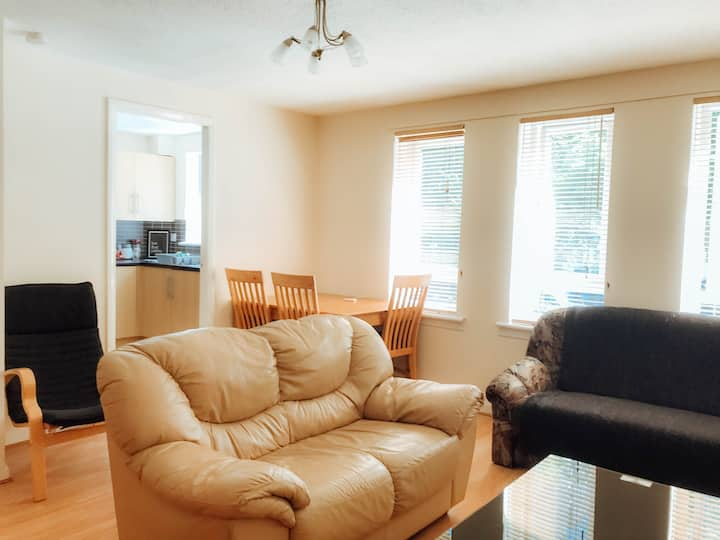 Quiet Two bed apartment free parking city centre