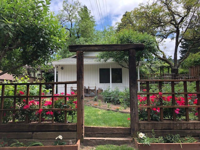 Rose Cottage in Wine Country