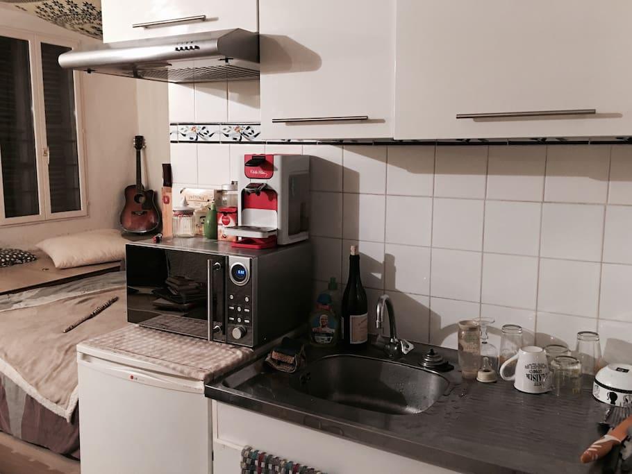 Petite cuisine, avec sa cafetière, du thé, le lait et le sucre.
