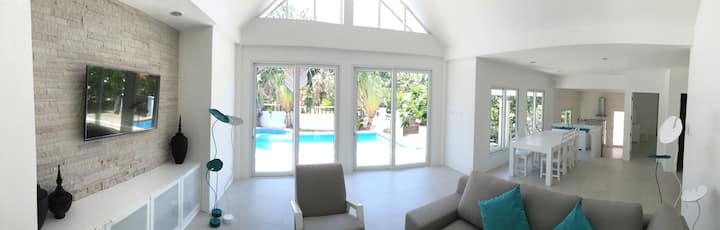 Renovated 2 bedroom Villa, with pool, central!