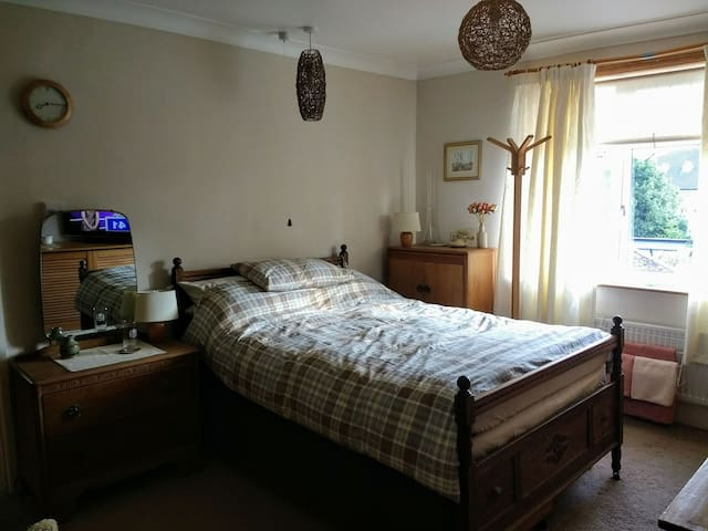 Comfortable Double bedroom near Town and the Quay