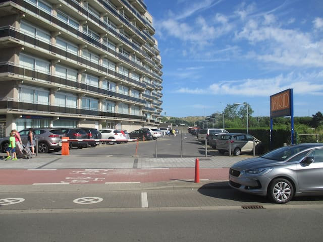 Zicht op parking en appartementen