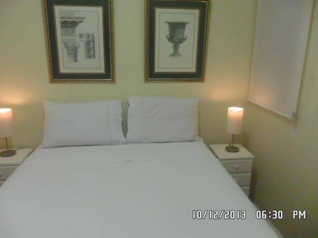 Roupas de cama e banho todas na cor branca.