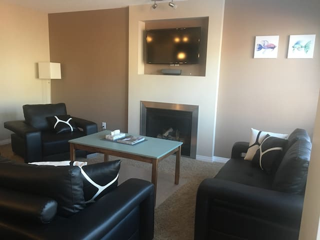 Home by Spruce Meadows - Parking+Washer/Dryer+WIFI - Calgary - Huis