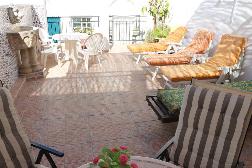 Piscina privada y 4 hamacas por si te da pereza recorrer los 100 metros que te separan de la playa de Fuengirola y sus chiringuitos