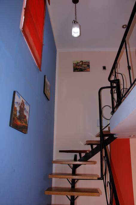 Escalera interior, para acceder al dormitorio.