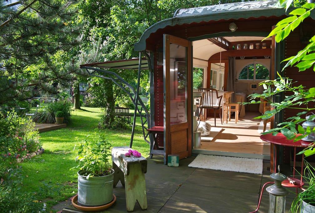 Der Zirkuswagen steht in einem sehr schönen Garten, den du gerne durchwandern kannst.