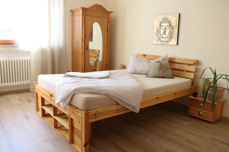 Im Schlafzimmer Großer Stein wartet ein kuscheliges französisches Bett.