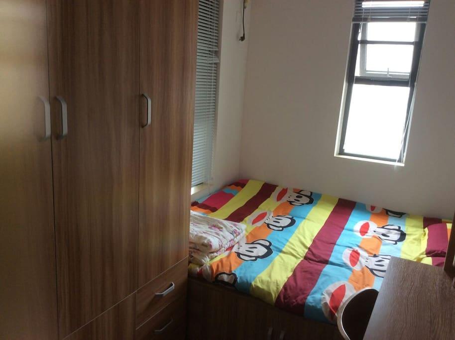 房间的四件套、被子保证一客一换,干净卫生,单独衣帽架,超大的独立衣柜还能让你行李中的衣物充分舒展身体。