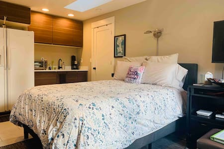 Private ❤️ of Queen Anne Cottage:1 Block to QA Ave