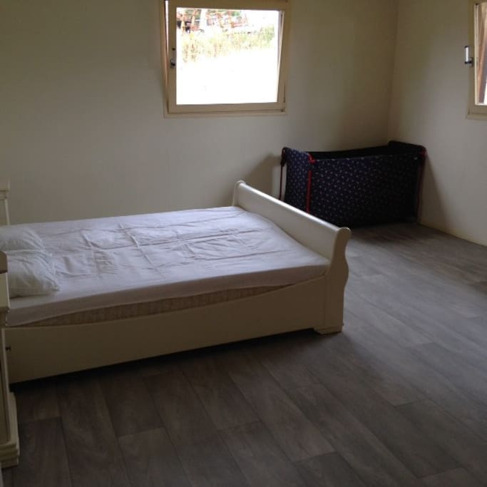 Slaapkamer met ruim 2pers. Bed en campingbedje.