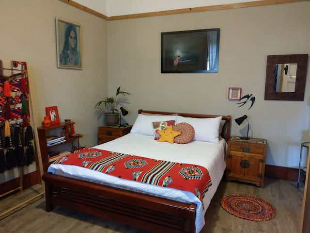 Lovely Queen room with electric blanket for winter and aircon for Summer.