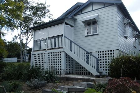 Beautiful 2 bed Queenslander with AC close to CBD - Ashgrove