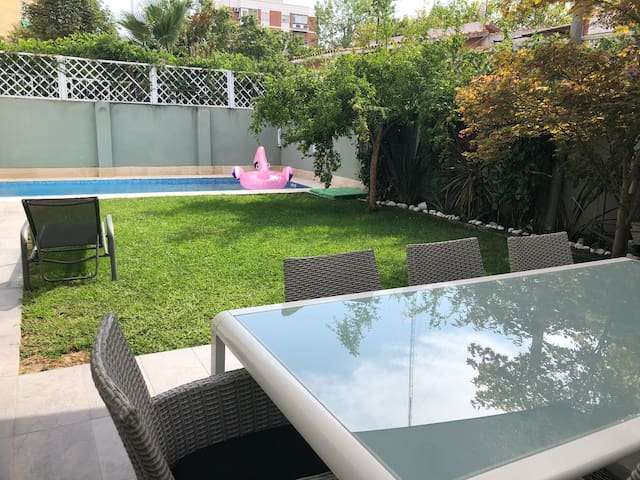 #Vila inside Madrid with private swimming pool.