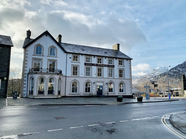 The Queens Hotel in the Heart of Snowdonia