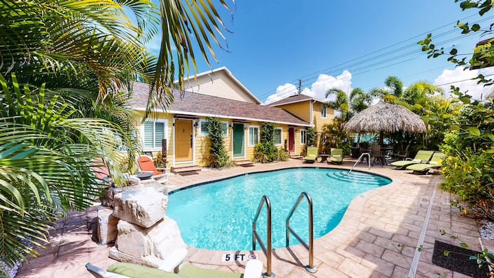 6West Beach Cottage #5 - get away in luxury at this quiet private resort style cottage with pool!
