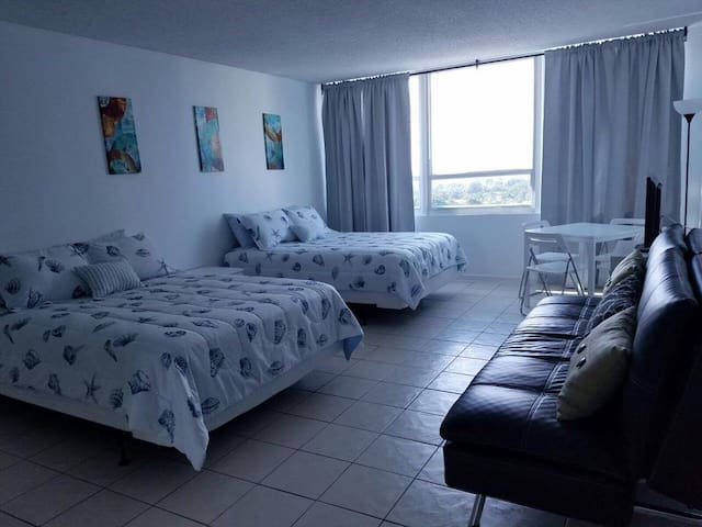 Rise and shine! Studio apt right on the beach