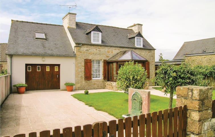 Holiday cottage with 4 bedrooms on 130 m² in Le Cloitre S Thegonnec