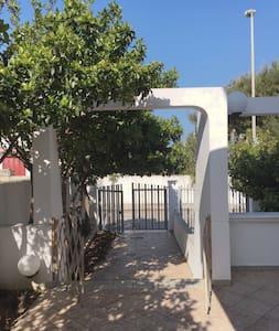 Villetta privata di fronte alla brezza del mare - Torre Santa Sabina - บ้าน