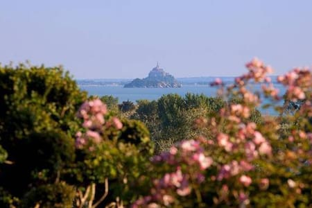 chateau Les Hauts opposite the Mont Saint Michel - Saint jean le Thomas