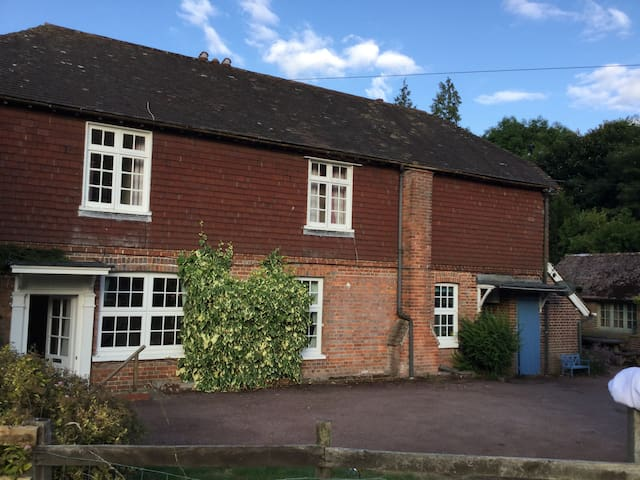 Large cottage, own tennis court, near Bewl Water