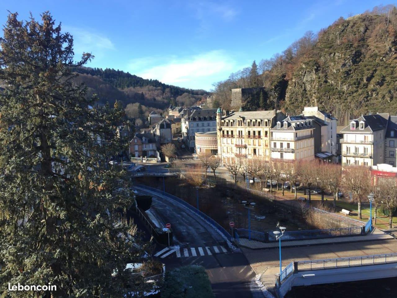 Photo prise d'une des 4 fenêtres du salon. L'appartement est situé au 4ème étage avec ascenseur. Il a vu sur la Dordogne (en photo ci-contre).