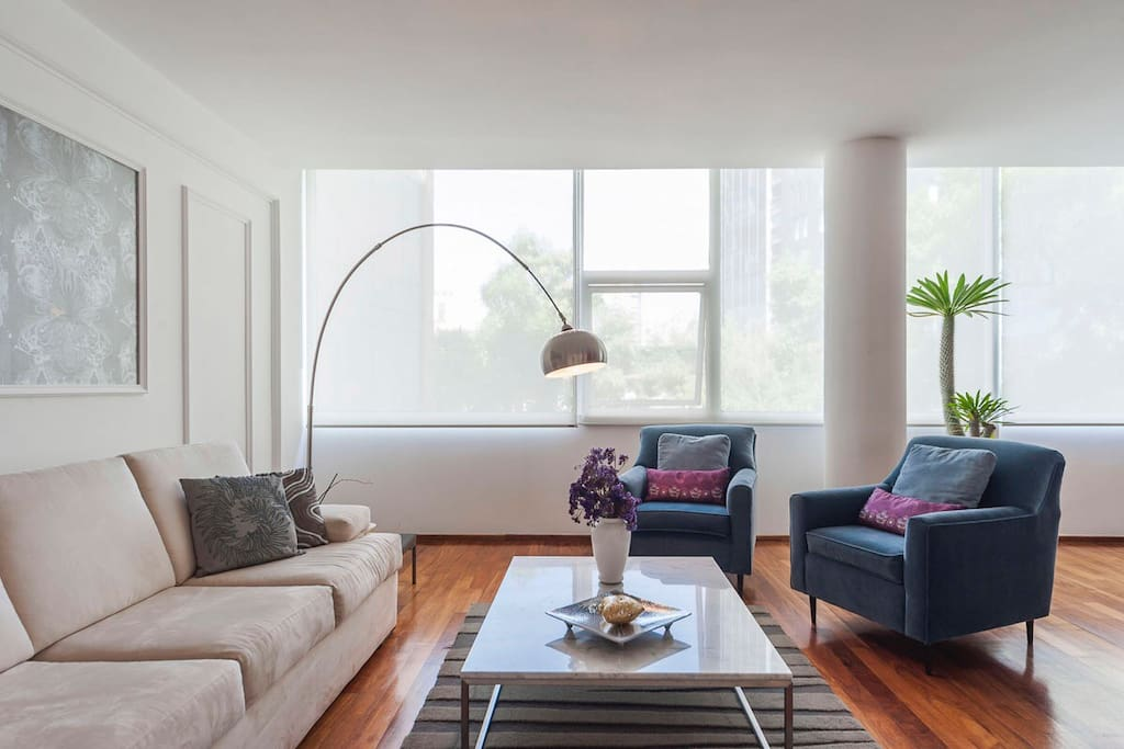 A fusion between contemporary and traditional, tastefully decorated apartment.