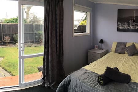 Cozy Sleep Out ,10 min from Airport - Christchurch - Huis