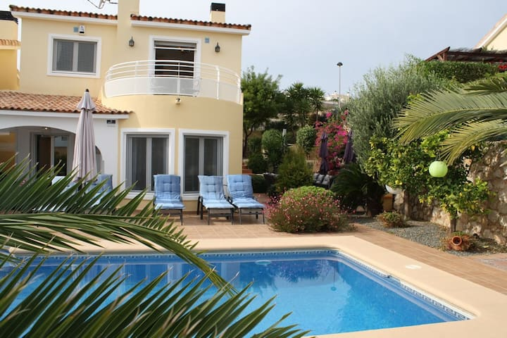 Villa with pool and perfectly maintained garden.